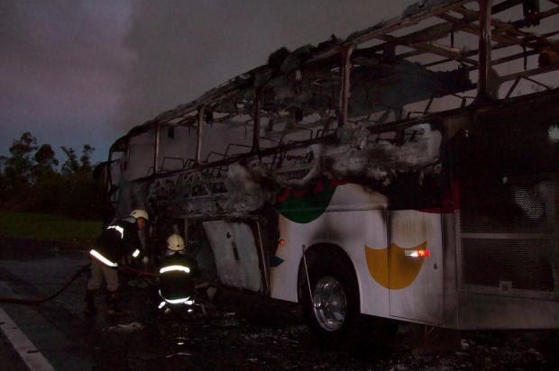 Ônibus pega fogo na freeway e passageiros têm pertences destruídos Corpo de Bombeiros de Santo Antônio da Patrulha/Divulgação