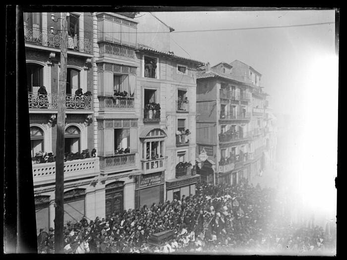 Entierro del Cardenal Sancha el 28 de febrero de 1909 a su paso por la Plaza de Zocodover. Fotografía de D. Santiago Relanzón Almazán. Ayuntamiento de Toledo