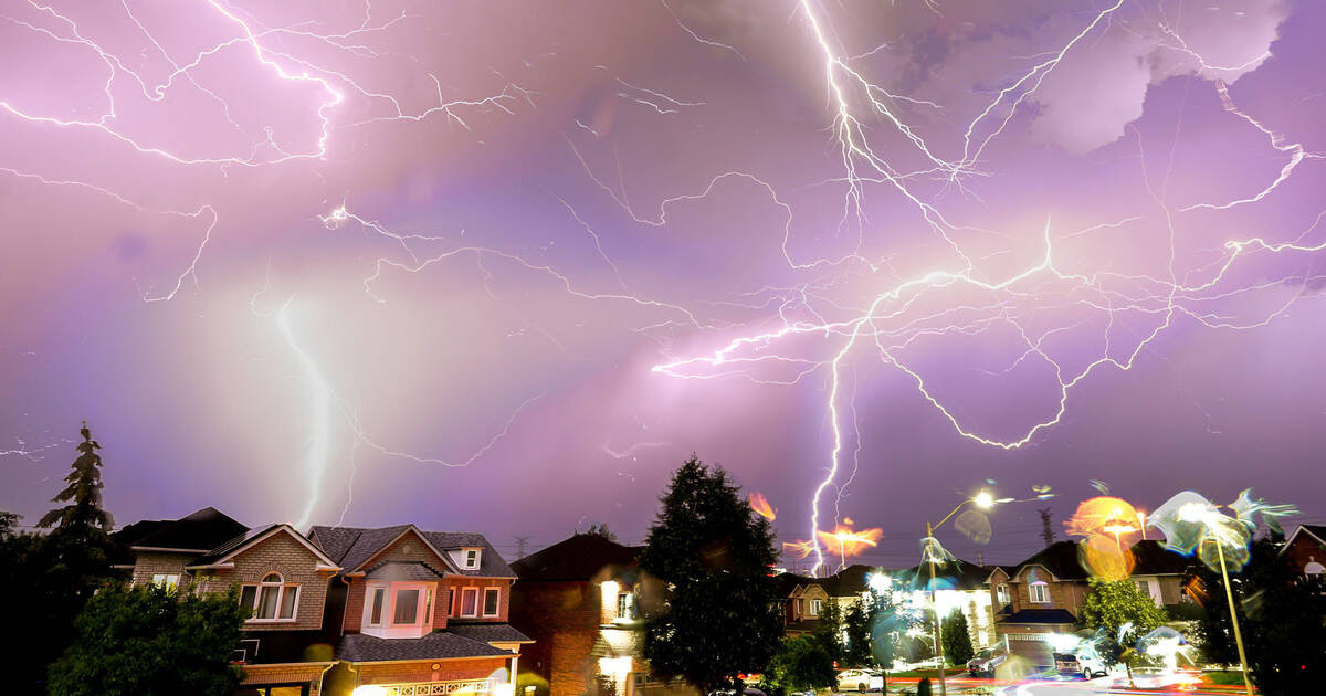 A severe thunderstorm lit up Toronto's skies last night and the views are nuts