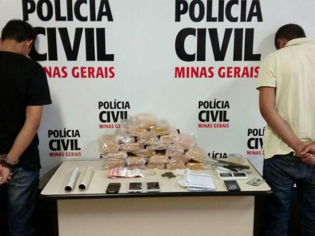 Suspeitos foram presos com pasta base de cocaína em Juiz de Fora (Foto: Polícia Civil/Divulgação)