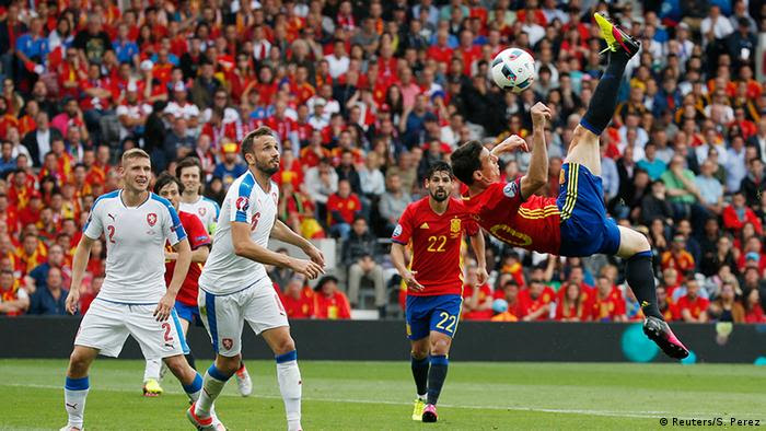EURO 2016 Spanien vs Tschechien Fallrückzieher Aduriz (Foto: Reuters/S. Perez)