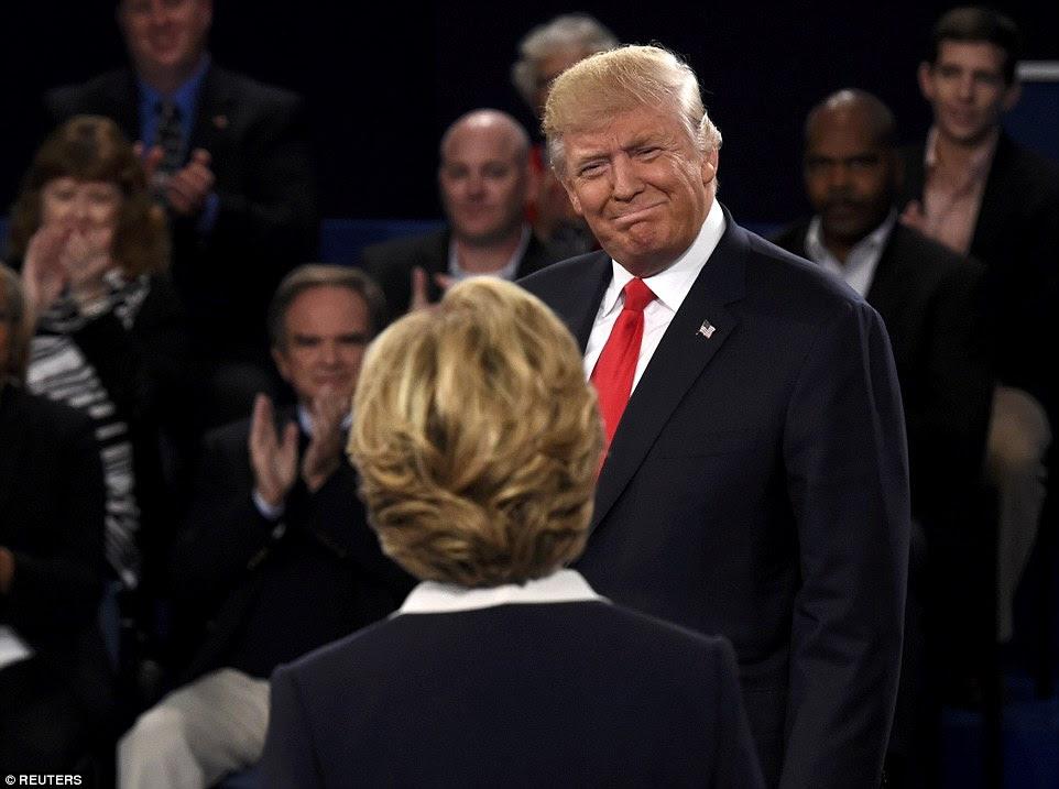 candidato presidencial republicano Donald Trump sorri para Hillary Clinton como os dois entrou no palco no início do debate