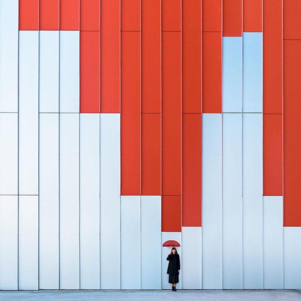 As criativas fotos de um casal que viaja o mundo brincado com a arquitetura 04