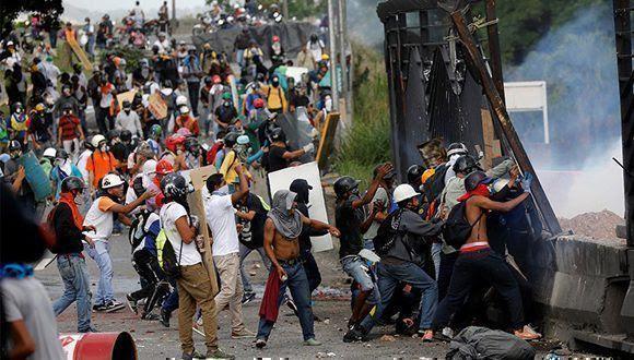 La violencia de la oposición ha provocado víctimas inocentes. Foto: Carlos Garcia Rawlins/ Reuters.