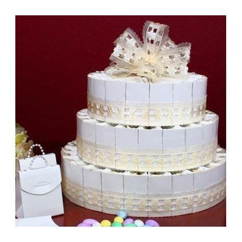 Gateau de boites a dragées ivoire en forme de wedding cake