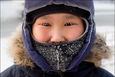 严寒下上学,睫毛也沾上雪花。