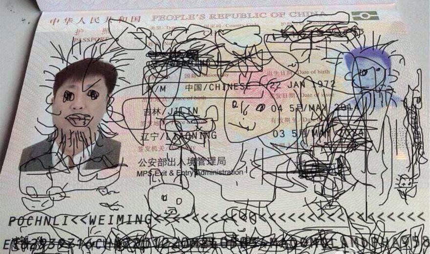 perierga.gr - Κόλλησε στο αεροδρόμιο γιατί ο γιος του ζωγράφισε το διαβατήριο!