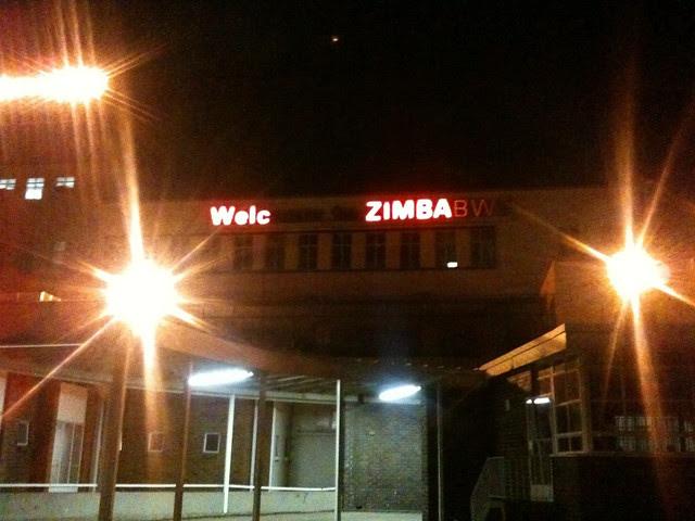 Neonlysene på Harare International Airport taler sitt eget språk. Welc... .. ZIMBA...