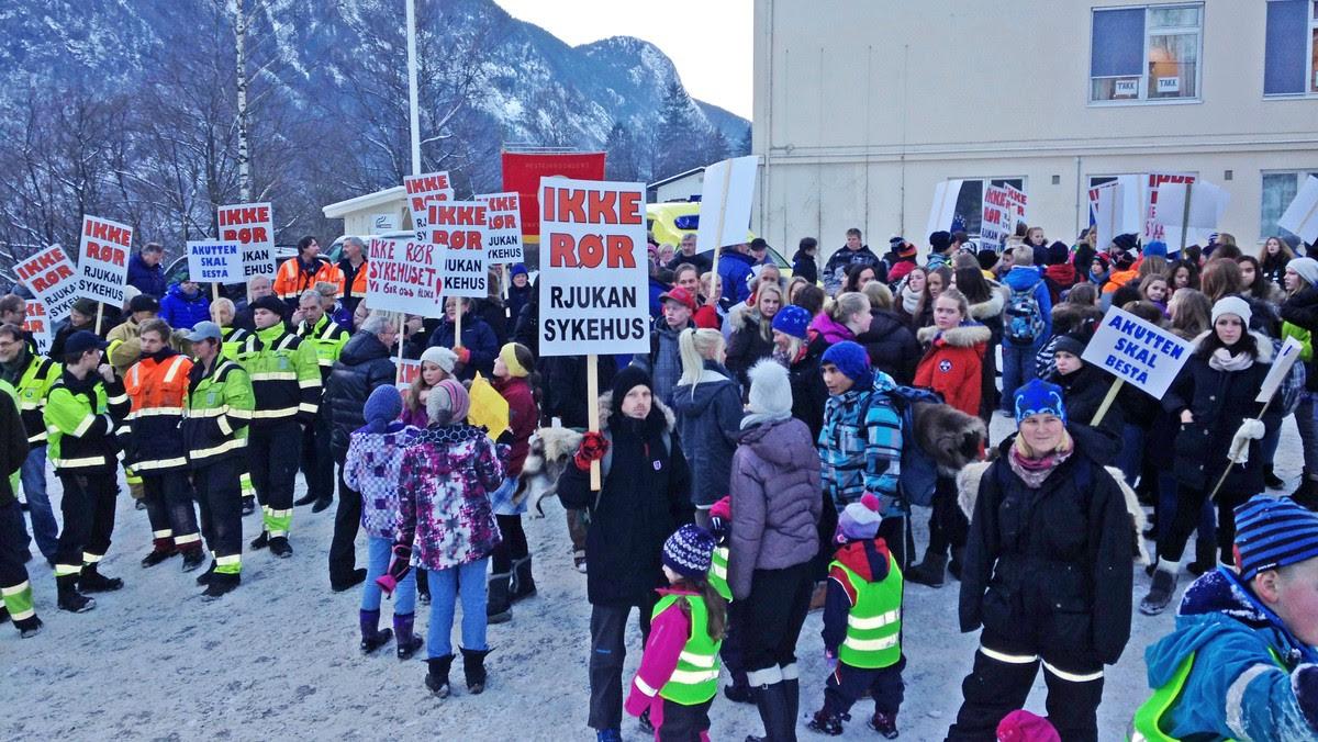 Demonstrasjon for Rjukan sykehus - Det er onsdag ettermiddag reneste folkevandringen til demonstrasjonen for å beholde sykehuset på Rjukan. - Foto: Roald Marker / NRK