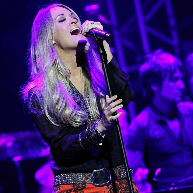 Carrie Underwood : We're All 4 The Hall (May 2014) photo article-2622130-1DA18D8F00000578-783_634x943.jpg