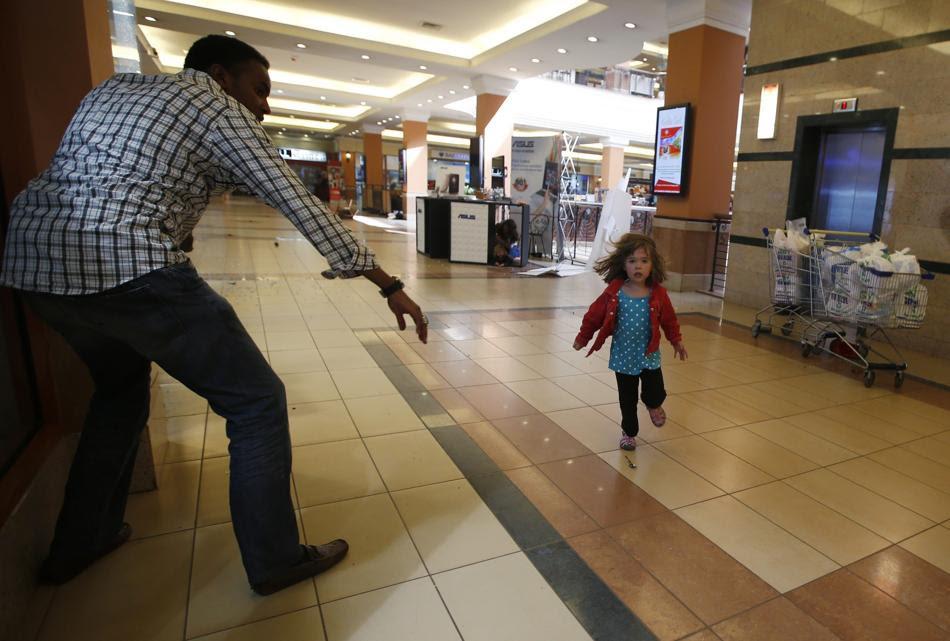 Κοριτσάκι ψάχνει για ασφαλές μέρος κατά τη διάρκεια επίθεσης μιας παράνομης ένοπλης ομάδας στο Εμπορικό κέντρο Westgate στο Ναϊρόμπι της Κένυας .(REUTERS / Goran Tomasevic)