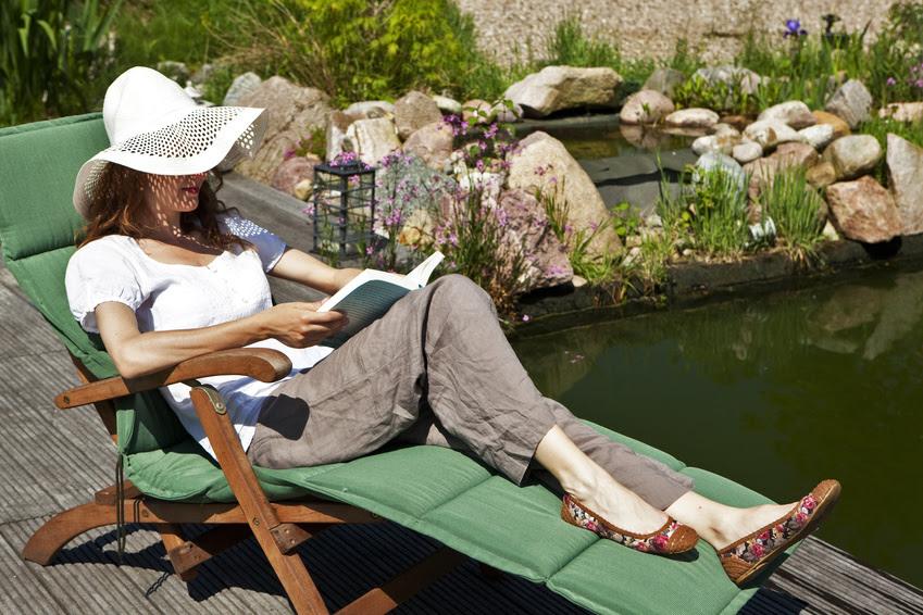 Bildergebnis für schöne Frau die im Garten ein Buch liest