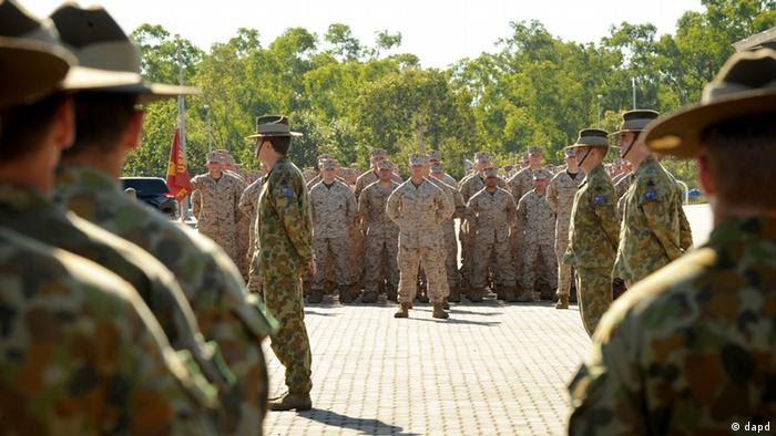 In this photo released by the Australian Department of Defense, U.S. Marine Corps personnel stand at attention with the 5th Battalion Royal Australian Regiment during an official welcome ceremony at Robertson Barracks, in Darwin, Australia, Wednesday, April 4, 2012. The first detachment of 200 U.S. Marines has arrived in northern Australia, where a permanent joint training hub is taking shape as part of a U.S. shift of military strength in the Asia-Pacific region. (Foto:Australian Department of Defense,Chris Dickson/AP/dapd) NO SALES, EDITORIAL USE ONLY.