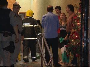 Elevador despencou do 13° andar de prédio em Porto Alegre (Foto: Reprodução/RBS TV)