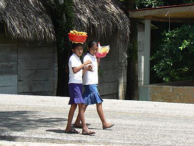 porteuses de bananes à Agua Azul.jpg