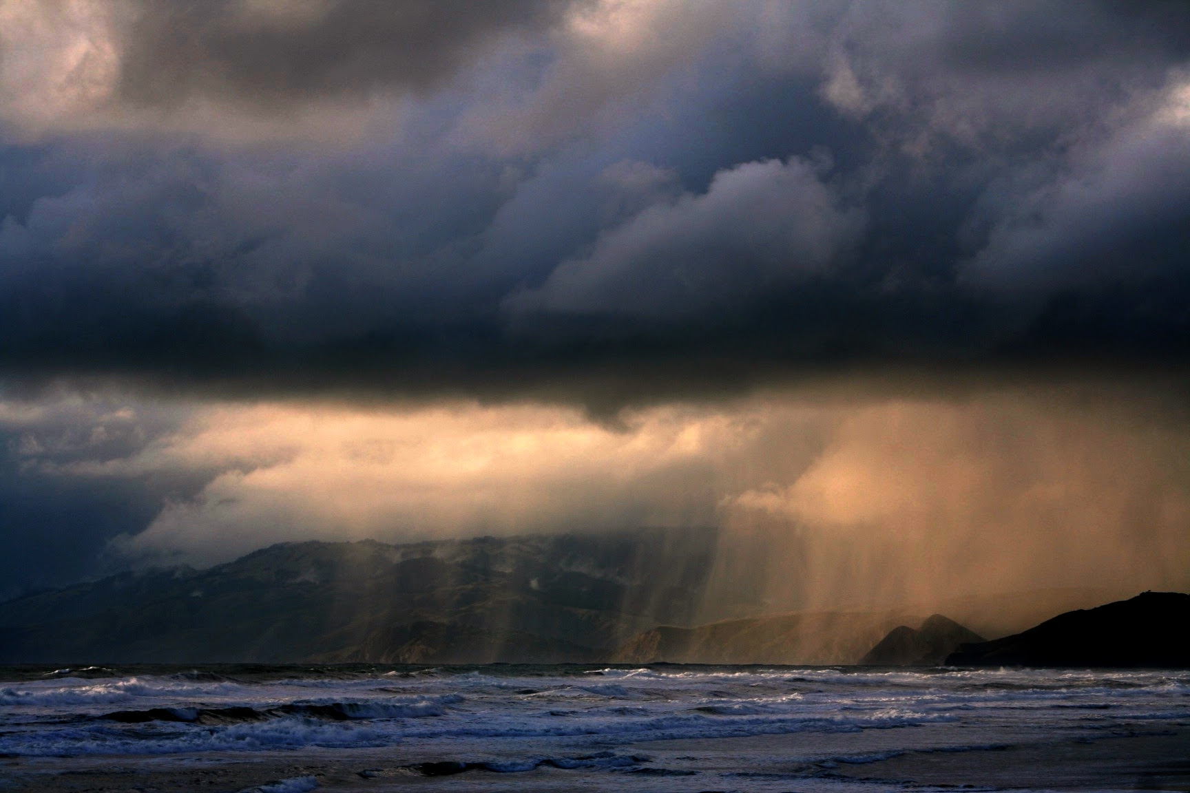 http://upload.wikimedia.org/wikipedia/commons/e/e2/Rain_ot_ocean_beach.jpg