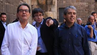 El president de la Generalitat, Carles Puigdemont al costat d'Artur Mas i Francesc Homs (ACN)
