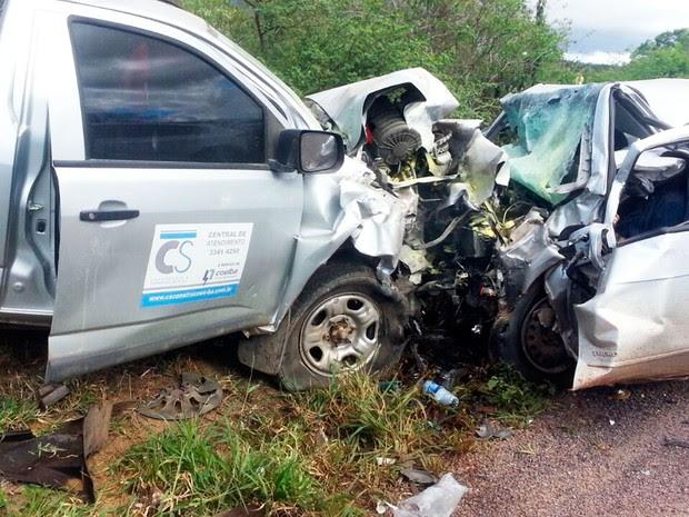 Caminhonete e carro de passeio bateram de frente (Foto: João Carvalho/Portal Jaguarari)