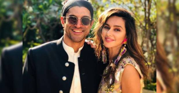 Farhan Akhtar shares a picture with girlfriend Shibani Dandekar, Hrithik Roshan comments beautiful