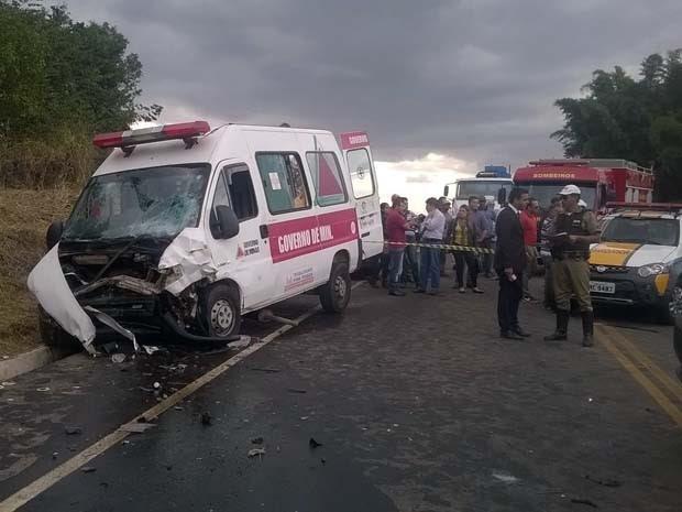 Batida entre ambulância e carro deixa mortos na BR-491, em Varginha, MG (Foto: Divulgação/Corpo de Bombeiros)