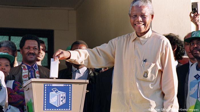 Nelson Mandela akipiga kura mwaka 1994