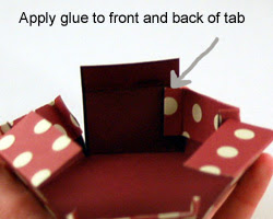 Coloque la lengüeta lateral interior de la tapa en la parte próxima