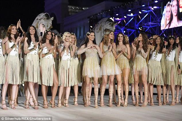 Linha completa: as meninas pareciam incríveis em conjuntos dourados e brancos para o final