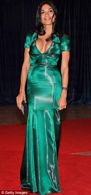 Uma visão impressionante: Rosario Dawson sai em cetim mergulhando garrafa verde, que exibiu suas curvas