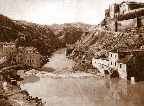 Torno del Tajo en Toledo en el lugar donde se levantaba el acueducto romano. Principios del siglo XX