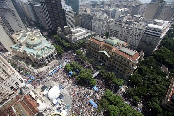 Vista aérea do carnaval de rua do Rio de Janeiro (Foto: Antonio Lacerda/EFE)