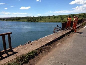 Segundo a polícia, motorista perdeu o controle da direção e caiu no Rio Paranapanema (Foto: Alberto D'Angele/RPCTV)