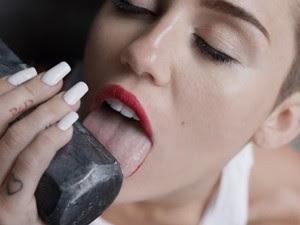 Miley Cyrus lambe machado em clipe de 'Wrecking ball' (Foto: Reprodução/YouTube da artista)