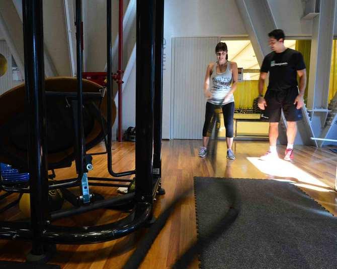 Para trabalhar a resistência dos braços, André escolhe as cordas. Na foto não é possível ver, mas elas são pesadas e, como o objetivo é batê-las no chão fazendo-as serpentear para cima e para baixo, é preciso fazer bastante força.'Aqui também é preciso manter a postura correta, e isso ajuda no fortalecimento do abdome', explica o professor