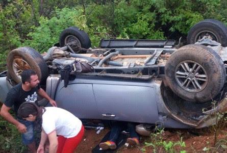 Dr. Netinho ficou preso no carro e foi ajudado pela esposa Renata. (Foto: Martins em Pauta)