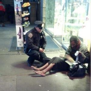 Policial de Nova York fica famoso após ser fotografado dando par de botas a mendigo em calçada