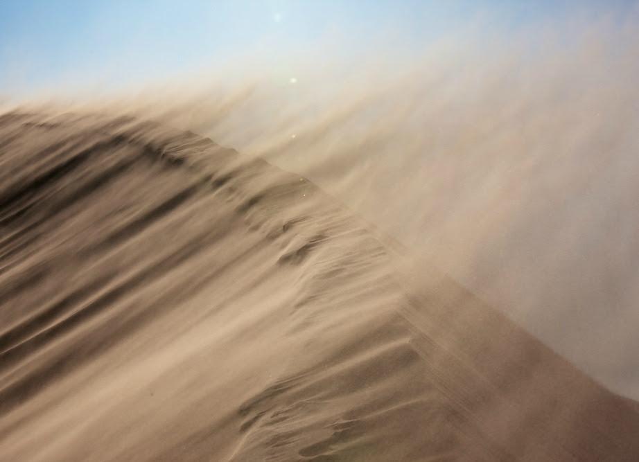 Τσουνάμι από άμμο σε έρημο.
