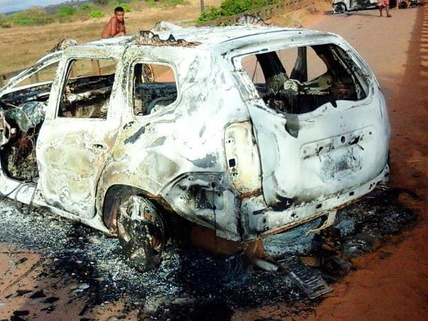 Bandidos atearam fogo em dois carros na fuga (Foto: Marcelo Oliveira/Arquivo pessoal)