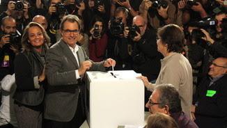 Artur Mas i Helena Rakosnik, votant a l'Escola Pia Balmes de Barcelona (ACN)