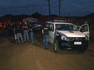 Policiais cumpriram mandados de busca e apreensão durante a operação (Foto: Reprodução/RPC)
