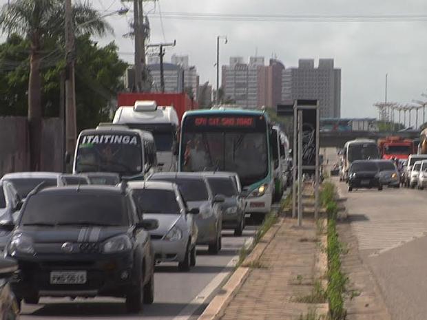 Acidente entre três veículos deixa trânsito lento na BR-116 em Fortaleza (Foto: Leandro Lima/TV Verdes Mares)