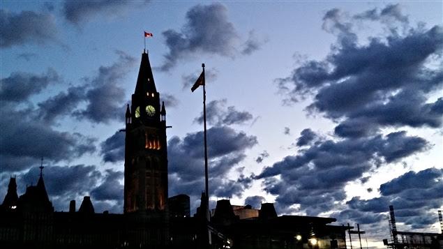 Le jour se lève sur la colline du Parlement, à Ottawa. (26-06-15)