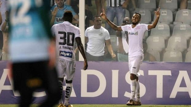 Paulinho marcou duas vezes na vitória do Santos contra a Ferroviária