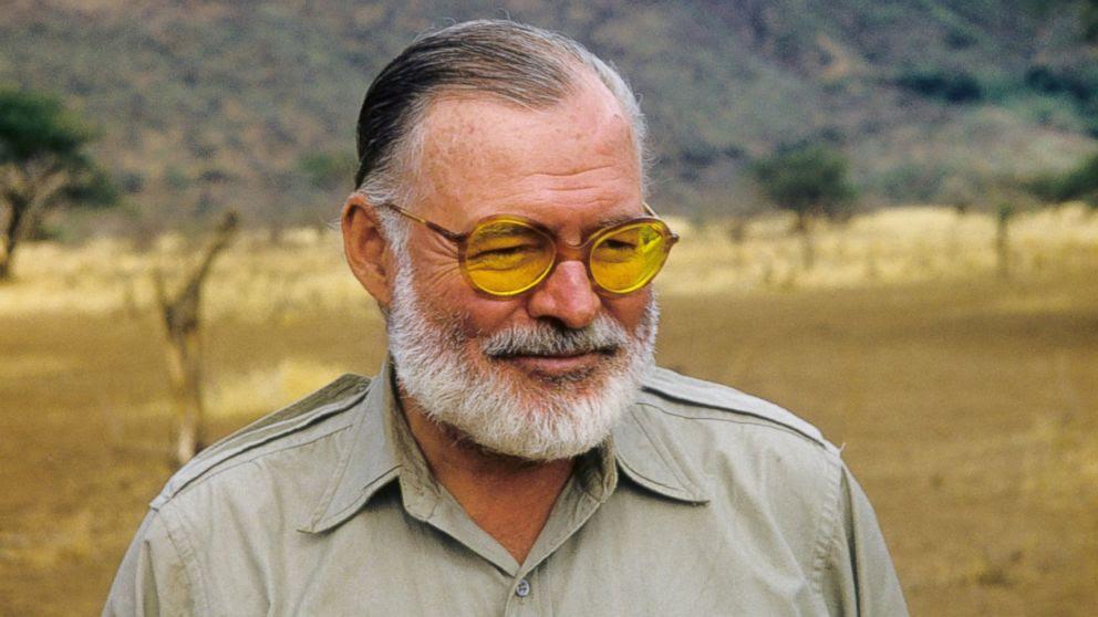 FOTO: Autor Ernest Hemingway posa para um retrato ao mesmo tempo em uma caça grande jogo em setembro de 1952 no Quênia.