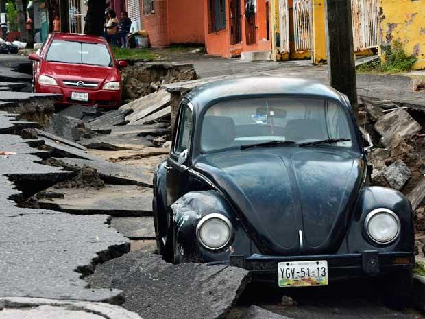 Veículo e rua de Veracruz, no México, atingidos por fortes chuvas e ventos de 'Dolly'. tormenta provocou estrragos.  (Foto: Jonatan Rosas / Reuters)