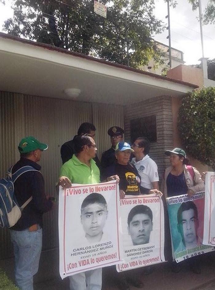Los padres de los 43 en la embajada de Grecia. Foto: Twitter vía @PlantonxAyotzi.
