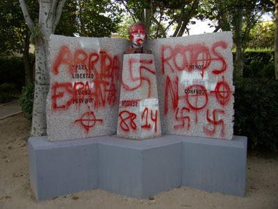 Escultura de Miguel Hernández con pintadas nazis.