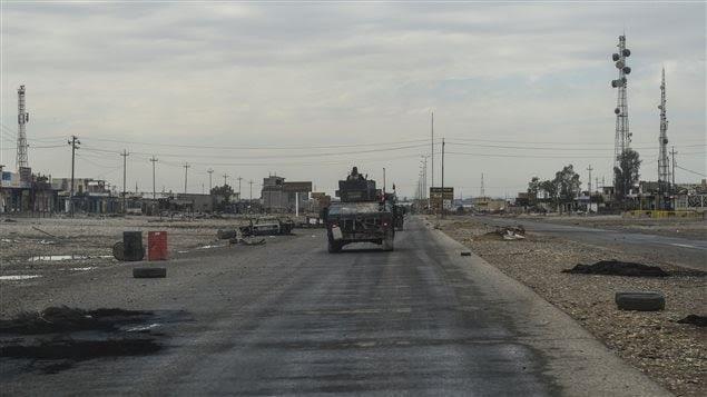 Une colonne de l'armée irakienne patrouillant jeudi dans Gogjali, un village situé à quelques centaines de mètres de l'entrée est de Mossoul.