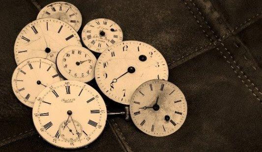 Varias esferas de relojes sobre cuero.