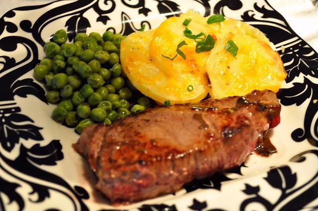 Bifteck Saute Marchand de Vins, Gratin Dauphinois, et Petits Pois Frais a l'Anglaise