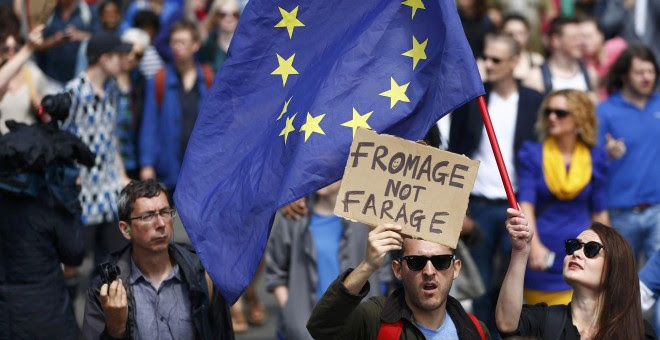 Manifestantes contra el Brexit portan una bandera de la UE.- REUTERS